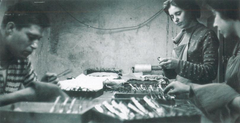 Opeararios preparando las piezas antes de aplicar el tratamiento